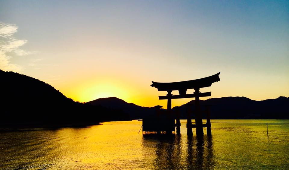 広島宮島の厳島神社と紅葉谷公園などの桜や紅葉の名所を巡る