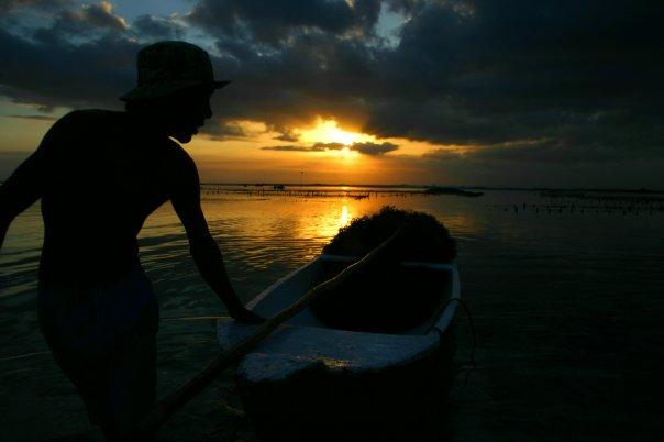 バリのサーフポイントのレンボガン島と観光客のいないぺニタ島