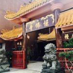 シンガポールのリトルインディアのセラングーンロードと寺院