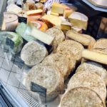 エメンタールやミモレットのチーズとフランスパンがおつまみ