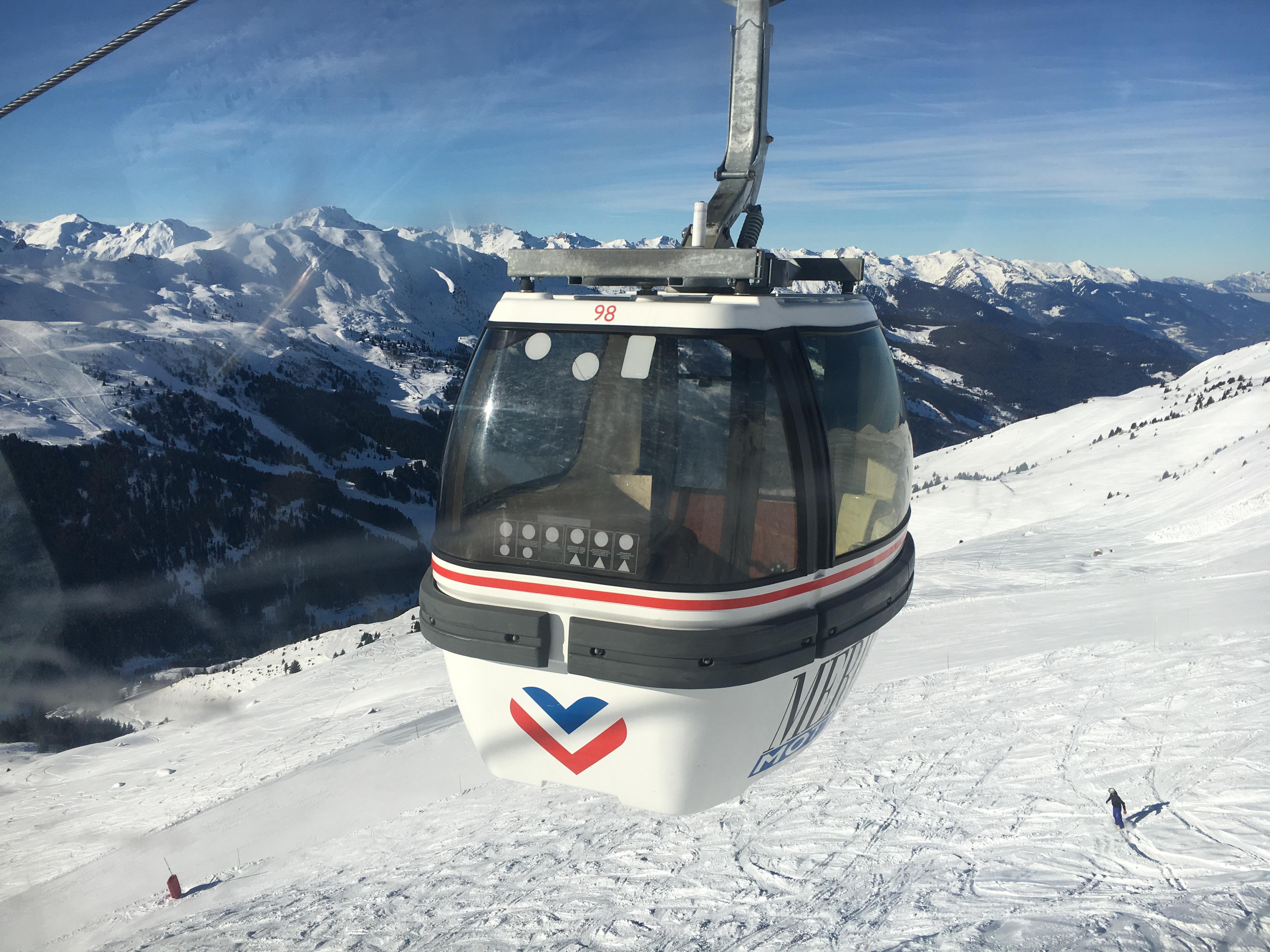 フランス人気スポーツ!氷河を眺めるトロワ―バレーでスキー滞在
