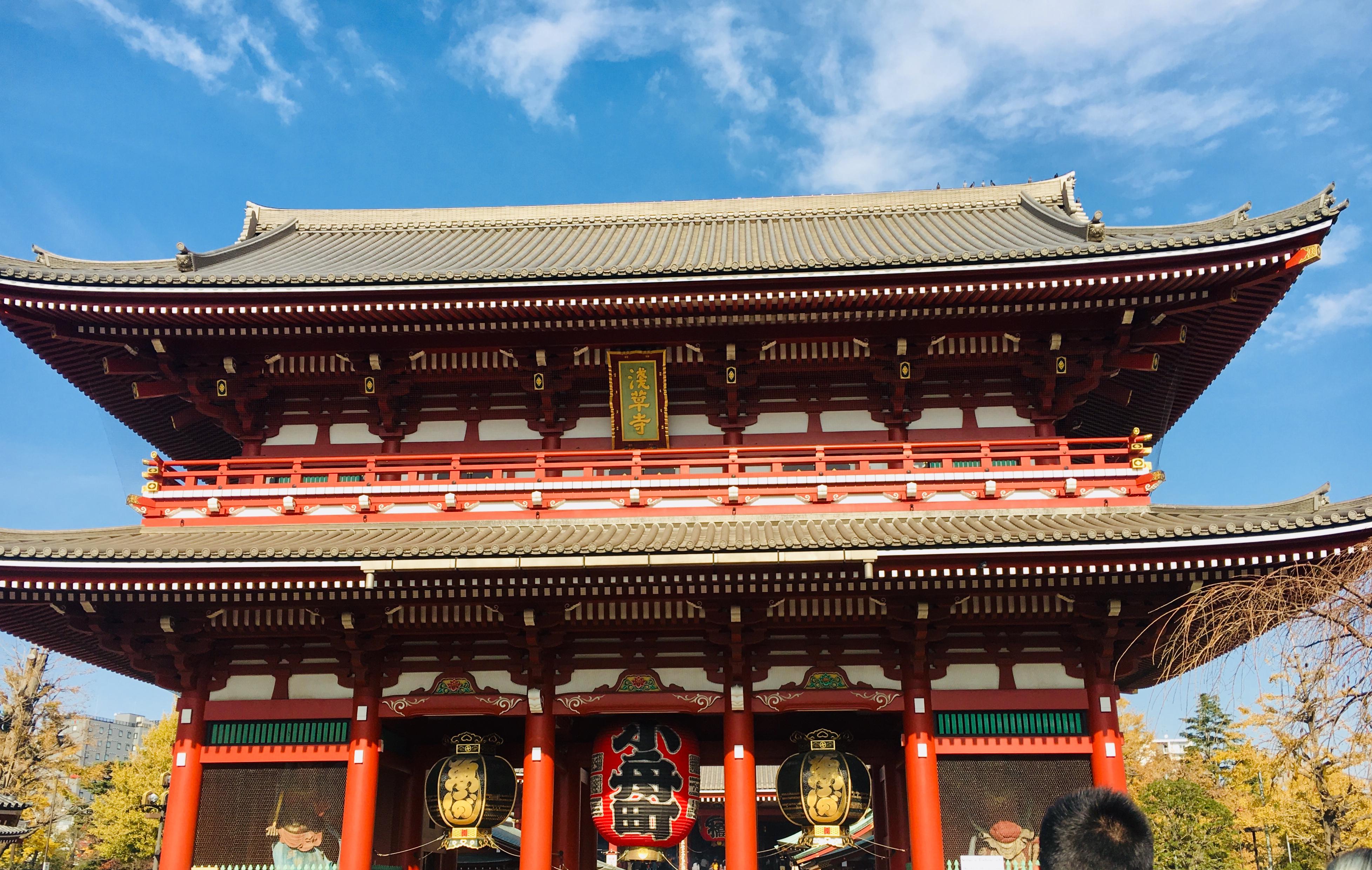 早朝がおすすめ!都内最古の浅草寺と食べ歩きNGの仲見世通り