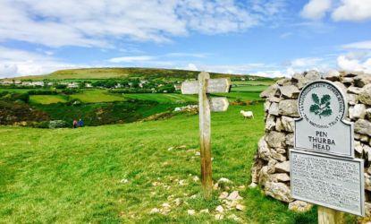 牧草地を抜けるフットパス
