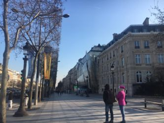 シャンゼリゼ通りの歩道