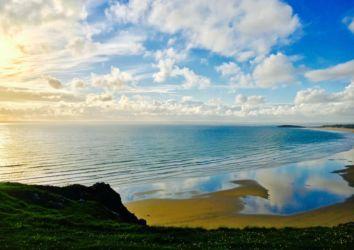 青空を映すロッシリビーチ