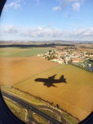 搭乗中の飛行機の影