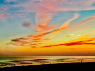 ピンク色に染まるロッシリビーチ
