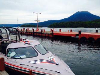 阿寒湖とモーターボート