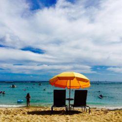 ワイキキビーチとパラソル