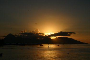 山へ沈む夕陽