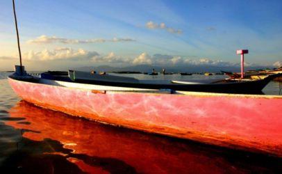 光が反射するボート